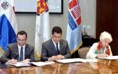 imagen Ministro Andrés Navarro junto a Alcade David Collado y Milagros Oritz Bosch firmando convenio sentados