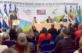 imagen Ministro Andrés Navarro en podium se dirige al público