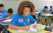 imagen Niños sentados en el aula mientras completan pruebas.