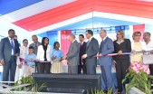imagen Presidente Medina, Ministro Navarro junto a otras autoridades Educativas cortan cinta durante acto de inauguración.