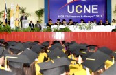 imagen Ministro de educación en podium se dirige a graduandos.