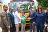 imagen Director Administrativo MINERD junto a comunidad eduativa de Miches haciendo entrega de llaves de autobuses escolaes