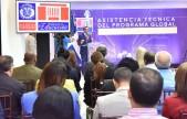 imagen Ministro Andrés Navarro parado desde podium expone programa Escuelas Seguras frente a directivos del banco mundial y viceministros y autoridades del Ministerio