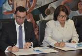 imagen Ministro Andrés Navarro junto a rectora EmmaPolanco, suscribiendo un convenio estratégico entre ambas intituciones