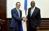 imagen Ministro Andrés Navarro de pie junto a su homólogo de Jamaica