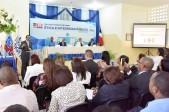 imagen Ministro Andrés Navarro hablando de pie desde un podium dirigiéndose a Directores Regionales y Distritales del Ministerio de Educación