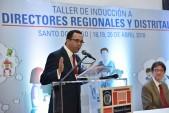 imagen Ministro Andrés Navarro en podium dirigiéndose a Directores de Escuelas