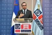 imagen Ministro Andrés Navarro desde podium habla hacia los medios de comunicación en rueda de prensa