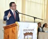 imagen Ministro Andrés Navarro en podium llama a reinicio de clases.