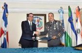 imagen Ministro Andrés Navarro dándose la mano con el Director General de la Policía Nacional luego de firma de acuerdo Interinstitucional