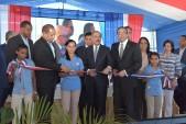 imagen Presidente Danilo Medina junto a Ministro Navarro y demás autoridades cortan cinta de inauguración en centro educativo en la Vega
