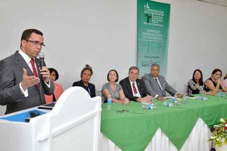 imagen Ministro Andrés Navarro durante su oratoria en el Primer Simposio Internacional de Educación para Personas Sordas.