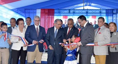 imagen Presidente Danilo Medina junto a Ministro de Educación y demás autoridades de la mesa principal cortan cinta y dejan inaugurado centro educativo en Monseñor Nouel