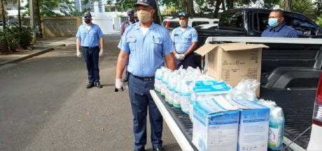 imagen Agentes policia escolar distribuyen kits