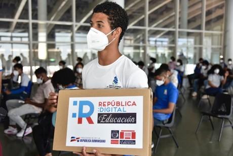 imagen El Ministerio de Educación (MINERD), a través del programa República Digital Educación, entrega miles de netbooks y laptops a estudiantes y docentes