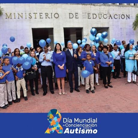 imagen Representantes del MINERD y comunidad educativa de Educación Especial de pie en acto de celebración con motivo al Día Mundial de la Concienciación del Autismo