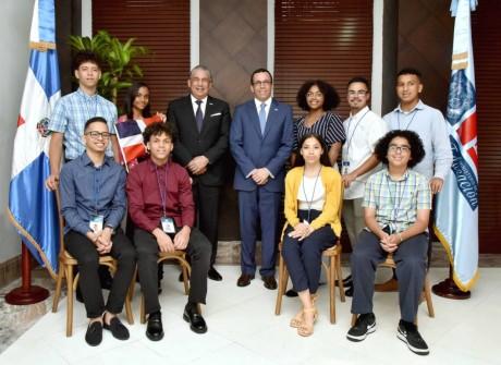 imagen Ministro Andrés Navarro de pie junto a estudiantes meritorios sentados en el despacho de la sede central del Ministerio de Educación