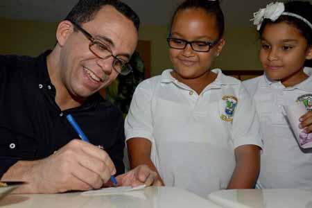 imagen Ministro Andrés Navarro acompañado de dos estudiantes.