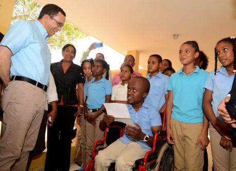 imagen Ministerio Andrés Navarro interactúa con estudiantes.