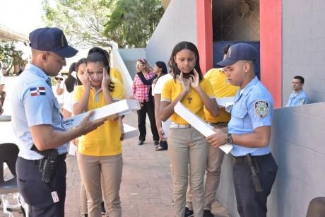 imagen Estudiantes conversan con policia escolar