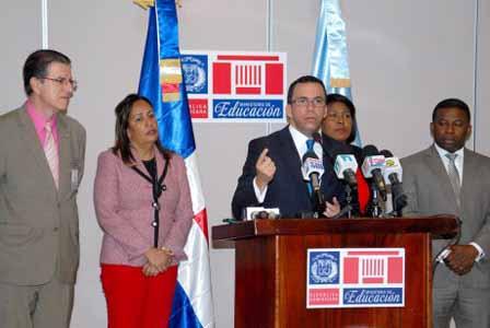 imagen Ministro Andrés Navarro durante rueda de prensa.