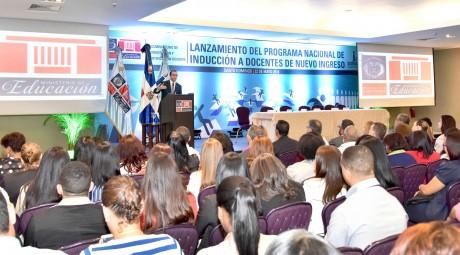 imagen Ministro Andrés Navarro desde podium se dirige a comunidad docente en el lanzamiento del Programa de Inducción para Docentes de Nuevo de Nuevo Ingreso