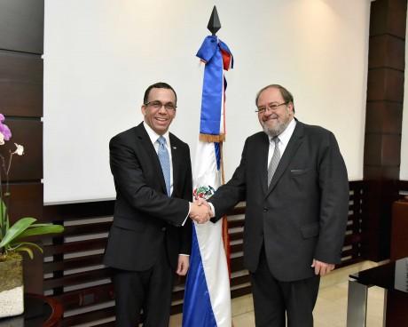 imagen Ministro Andrés Navarro de pie estrechandole la mano a su homólogo de Bolivia Roberto Aguilar