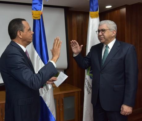 imagen Ministro de educación Peña Mirabal junto alperiodista Adriano Miguel Tejada durante el acto de juramentación