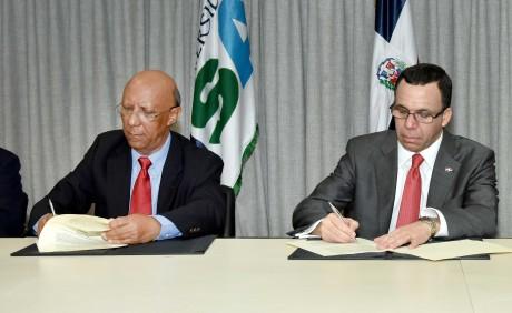 imagen Ministro Andrés Navarro firmando acuerdo junto al rector de la Universidad ISA