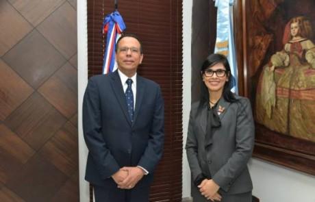 imagen Ministro de Educación Peña Mirabal junto a la procuradora Olga Diná.