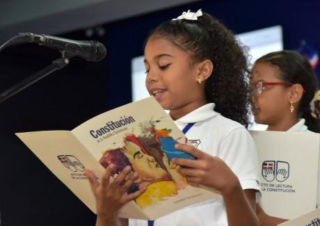 imagen Estudiante leyendo la constitución