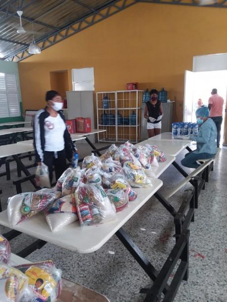 imagen Personal del MINERD hace entrega de las donaciones