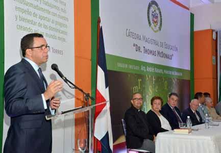 imagen Ministro Andrés Navarro como orador en la Universidad Central del Este