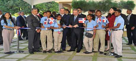 imagen Presidente Medina inaugura nueve escuelas en Peravia; ministro Educación llama padres a vigilar formación de sus hijos