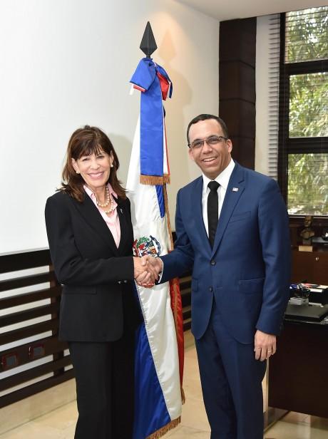 imagen Ministro Andrés Navarro de pie junto a embajadora de los Estados Unidos estrechandose la mano