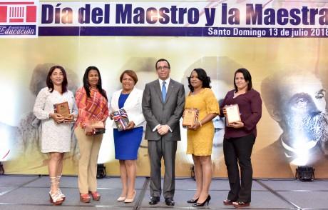 imagen Minisyro de pie junto a maestras galardonadas al mérito magisterial 2018