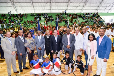 imagen Ministro Andrés Navarro recibiendo reconocimiento en XIV Festival Gimnasiada Rítmica 2018