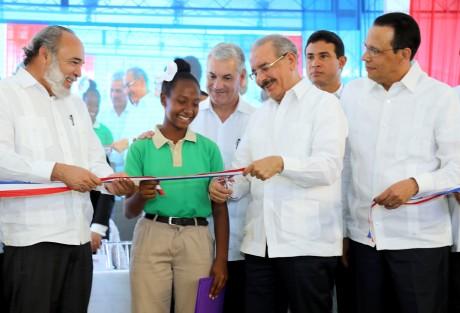 imagen Presidente Danilo Medina de pie cortando cinta acompañado del ministro Antonio Peña Mirabal y demas autoridades educativas