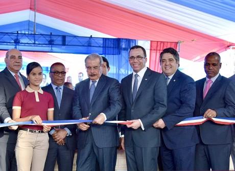 imagen Presidente Danilo Medina, Ministro Andres Navarro junto a otras personalidades corta cinta en acto de inauguración.