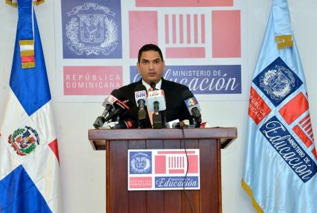 imagen Miguel Medina, director de Comunicaciones y Relaciones Públicas de este ministerio en podíum se dirige a los medios