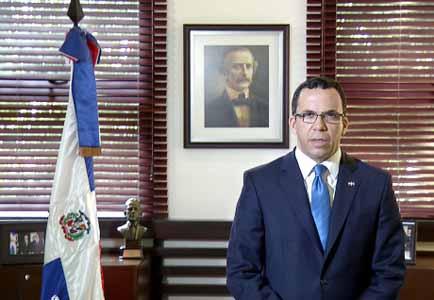 imagen Ministro Andrés Navarro durante su comunicado a los estudiantes, docentes y el personal administrativo.