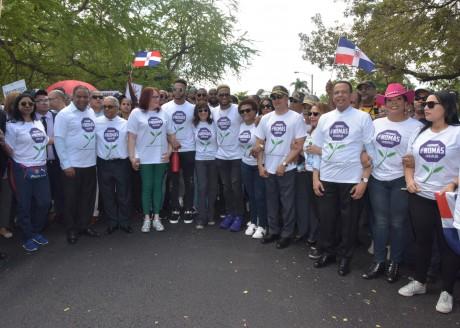 imagen Ministro Antonio Peña Mirabal, acompañado de otras imporatntes personalidades, mienstras participa en marcha organizada por la fundación Robinson Canó en contra de la violencia hacia la mujer.