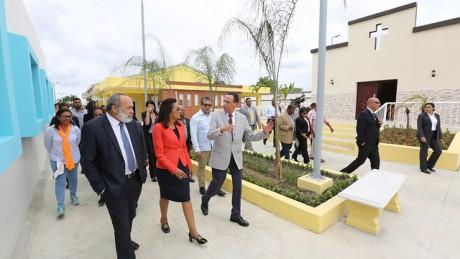 imagen Primera Dama, Candida Montilla De Medina junto al Ministro Antonio Peña Mirabal y autporidades educativas recorrencen centro educativo