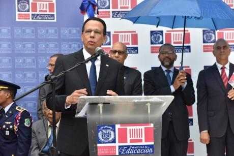 imagen Ministro Peña Mirabal en de pie en podium dirigiendo discurso en acto cívico con motivo a la Batalla del 30 de Marzo