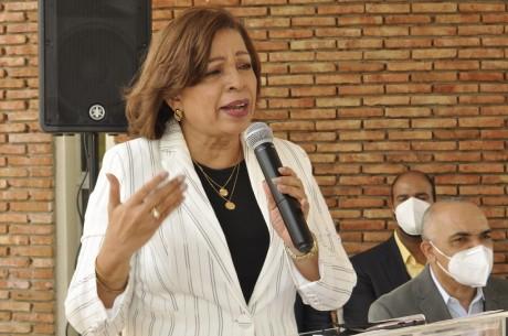 imagen La directora Regional, Marieta Díaz, valoró como trascendental para el éxito del presente año escolar la dotación de esos equipos.