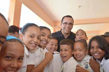imagen Ministro Andrés Navarro junto a grupo de estudiantes se toman fotografía.