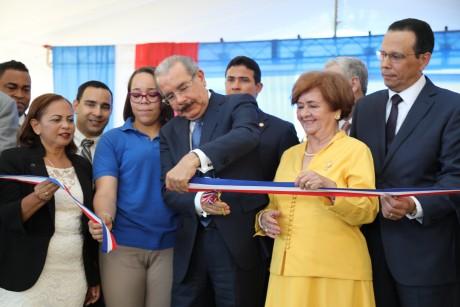 imagen Presidente Danilo Medina de pie cortando cinta junto a ministro Antonio Peña Mirabal y demás autoridades educativas