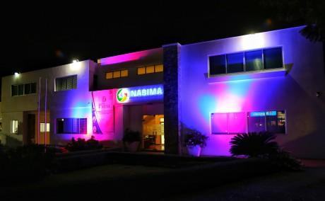 imagen FrenteSede Principal Inabima iluminadas con colores rojo, azul y blanco.