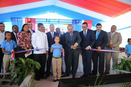 imagen Ministro Andrés Navarro junto al Presidente Danilo Medina y demás autoridades educativas cortando cinta de inauguración dejando entregado a toda la comunidad de Cristo Rey un moderno centro educativo
