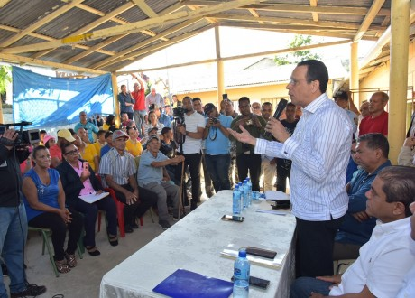 imagen Ministro Antonio Peña Mirabal se compromete a terminar centros educativos paralizados en el distrito municipal El Caimito y los municipios Sabana Iglesia y Navarrete.